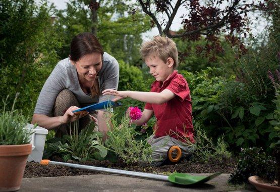 Dārzkopība var būt kā rotaļa bērnam